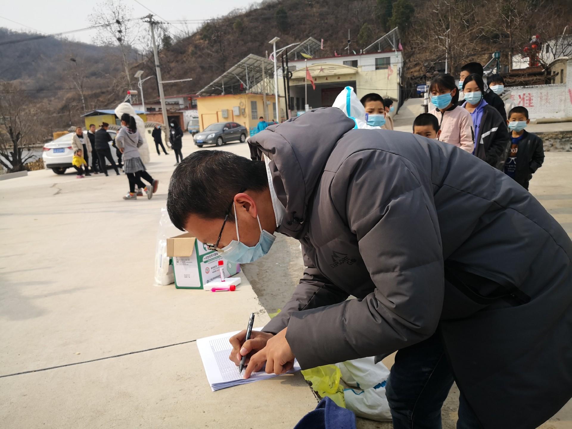 积极协助医务工作者入村核酸检测,为开学做好疫情防控准备.jpg